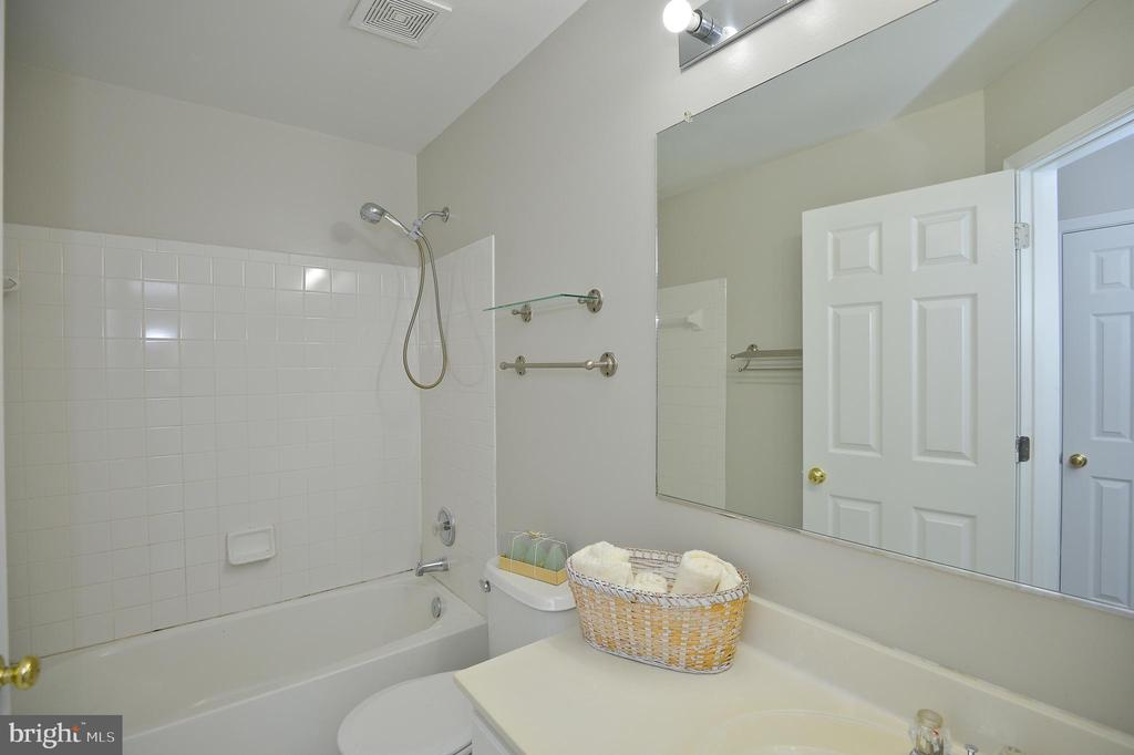 Hall Bath - 45568 READING TER, STERLING