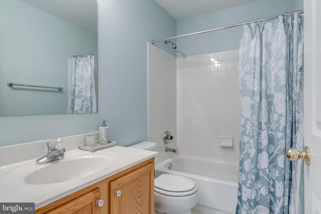 Hall Bath on 2nd level! - 20650 SETTLERS POINT PL, STERLING