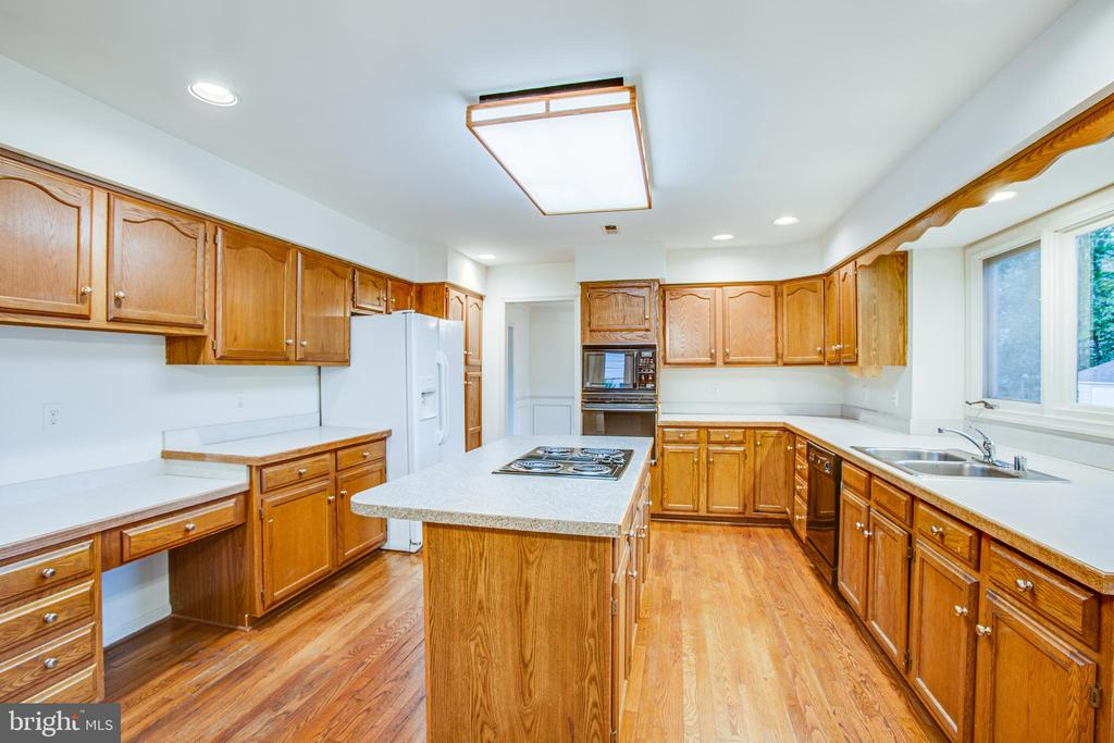 Cabinets & Counter Space Galore - 6227 SWEETBRIAR DR, FREDERICKSBURG