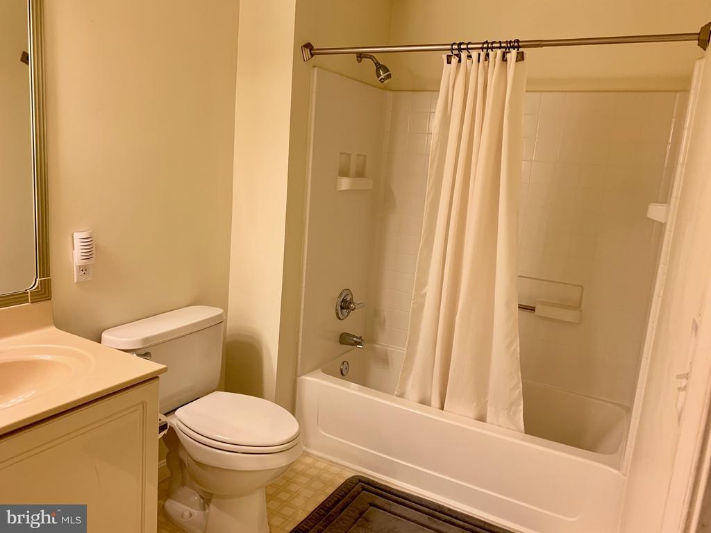 Master bath separate tub and shower - 19375 CYPRESS RIDGE TER #203, LEESBURG