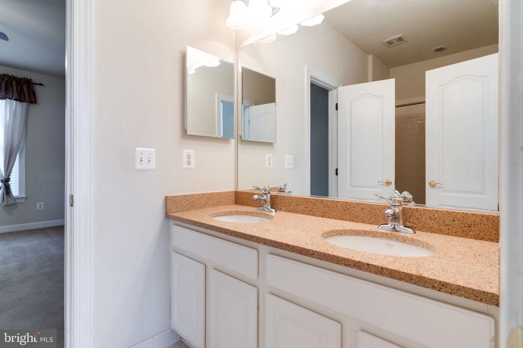 Upper level full bathroom #1 - 11914 HADDON LN, WOODBRIDGE