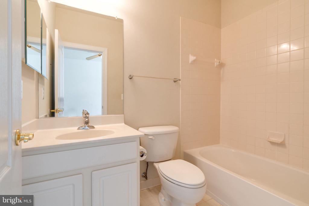 Upper level full bathroom # 2 - 11914 HADDON LN, WOODBRIDGE