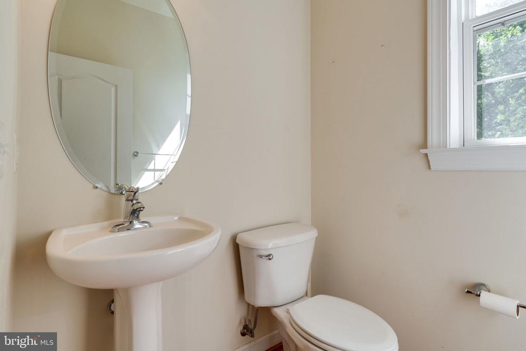 Main level powder room - 11914 HADDON LN, WOODBRIDGE
