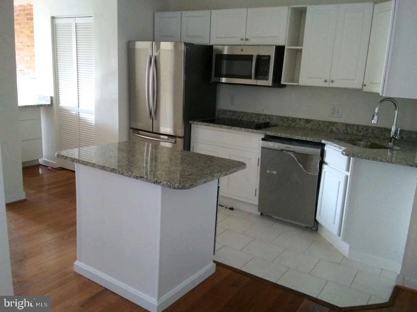 Kitchen With Cooktop & Bosch Oven in Center Island - 1433 NW CLIFTON ST NW #2, WASHINGTON