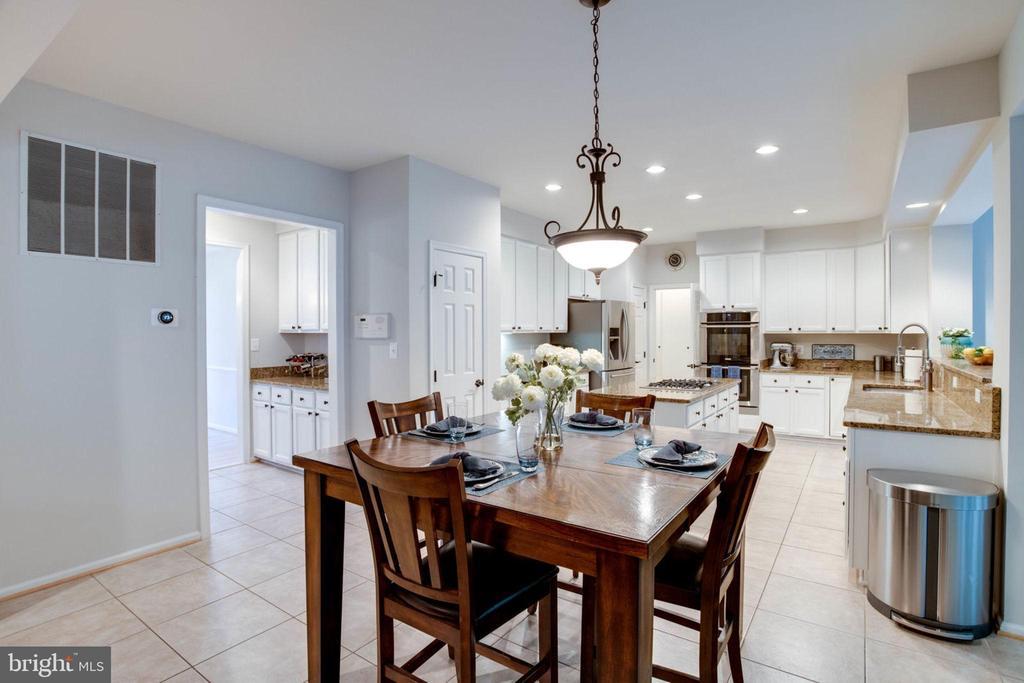 Generously sized gourmet kitchen - 13909 BALMORAL TER, CLIFTON