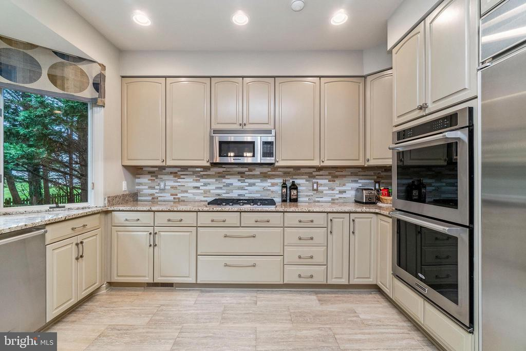 Tons of Cabinet Space! - 7904 STARBURST DR, BALTIMORE