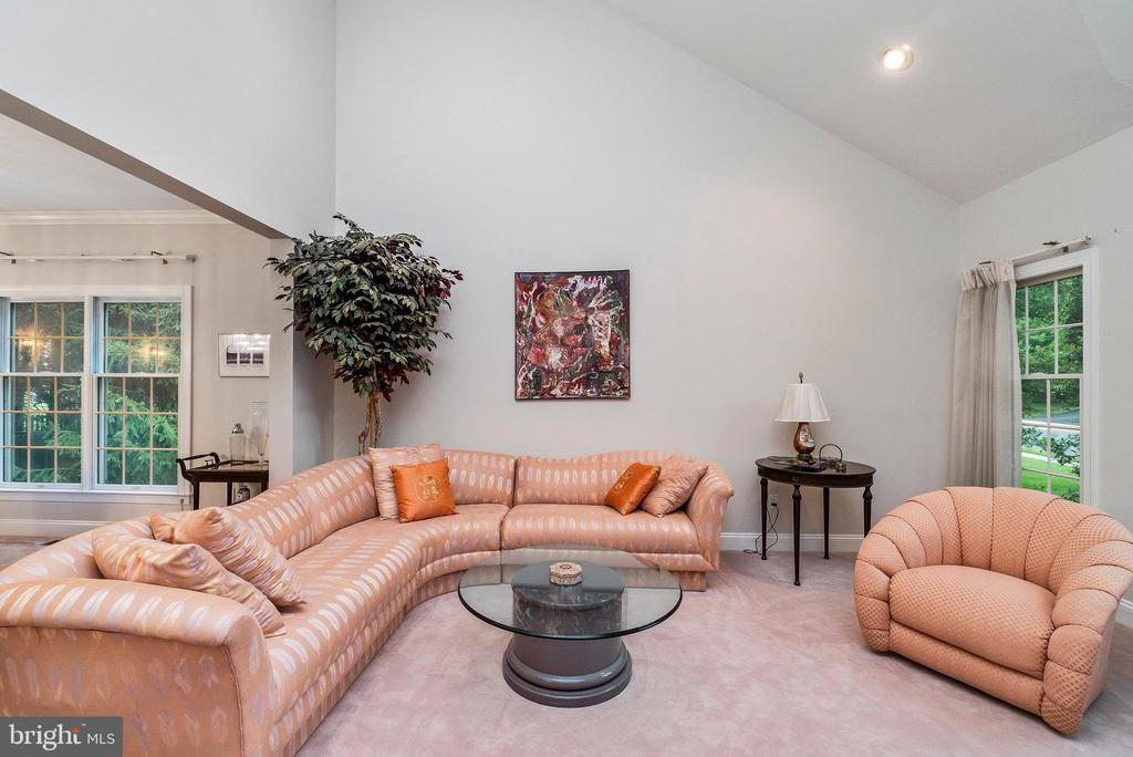 Large Living Room With Vaulted Ceilings - 7904 STARBURST DR, BALTIMORE