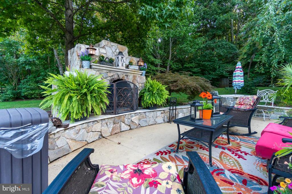 stunning outdoor entertaining space - 132 CHRISWOOD LN, STAFFORD