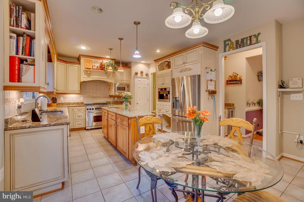 beautiful and spacious kitchen - 132 CHRISWOOD LN, STAFFORD