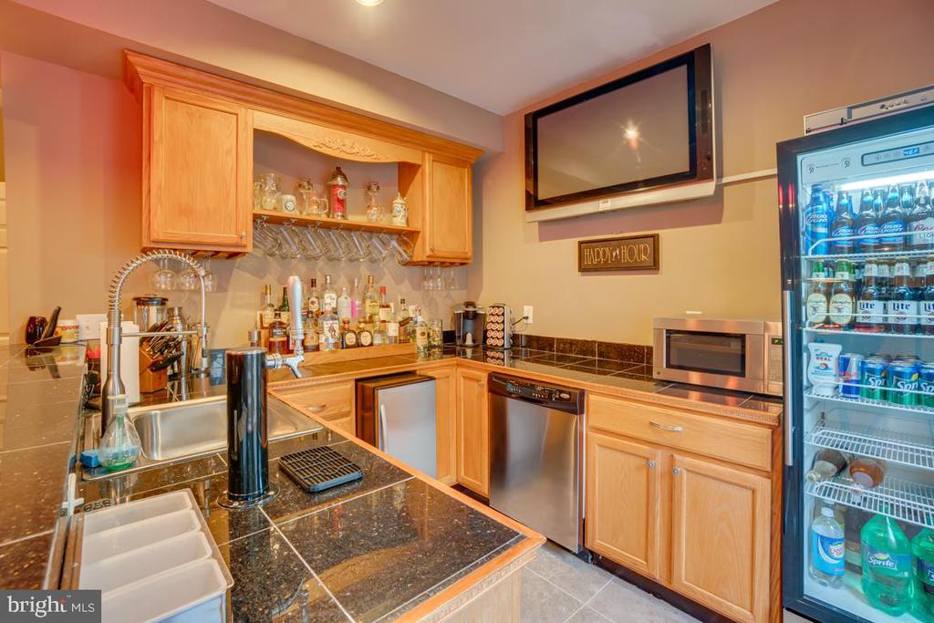 custom wet bar in basement - 132 CHRISWOOD LN, STAFFORD