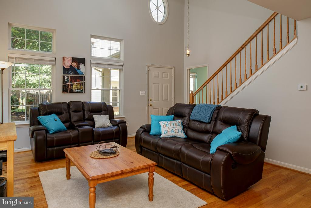 VAULTED CEILING IN LR GIVES THE HOME AN AIRY FEEL - 43341 GREYSWALLOW TER, ASHBURN