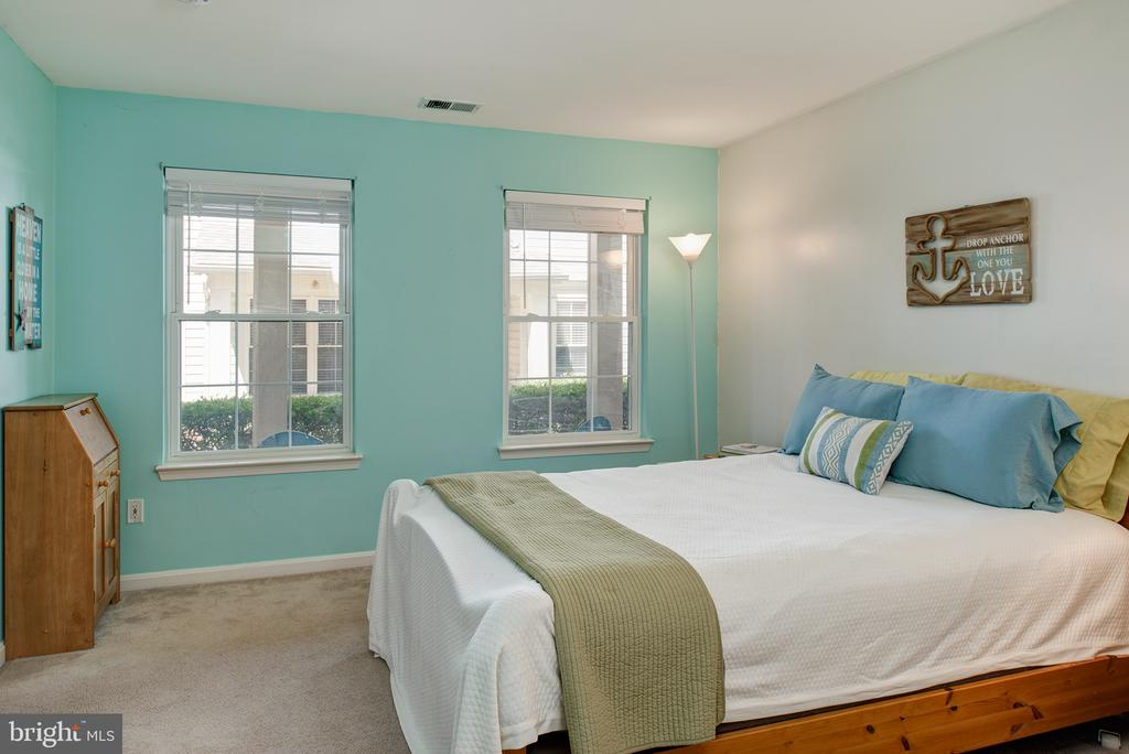 MAIN LEVEL BEDROOM HAS EN SUITE FULL BATH - 43341 GREYSWALLOW TER, ASHBURN