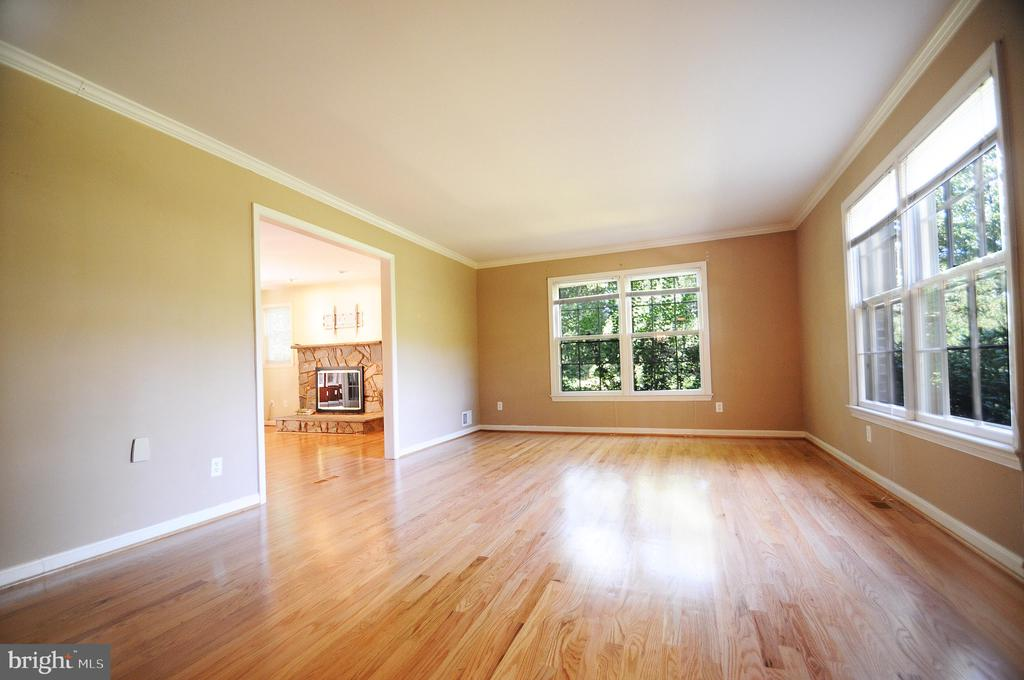 Bright and Open Living Room - 11107 BRADDOCK RD, FAIRFAX