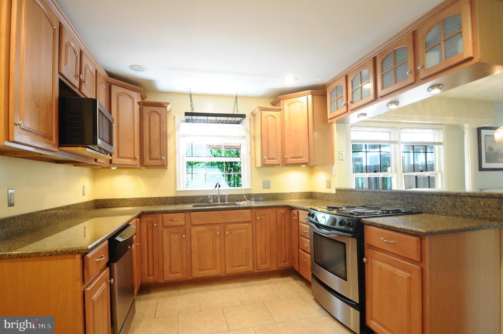 Updated Kitchen with Granite Countertop - 11107 BRADDOCK RD, FAIRFAX
