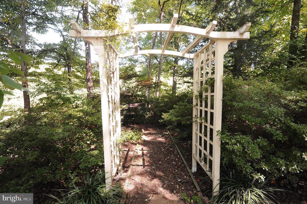 Garden Trellises - 11107 BRADDOCK RD, FAIRFAX