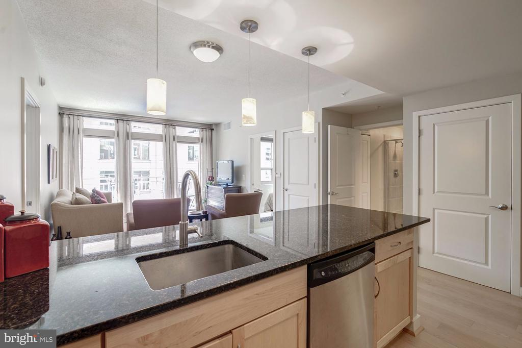 Breakfast bar overlooking the living space - 888 N QUINCY ST #909, ARLINGTON