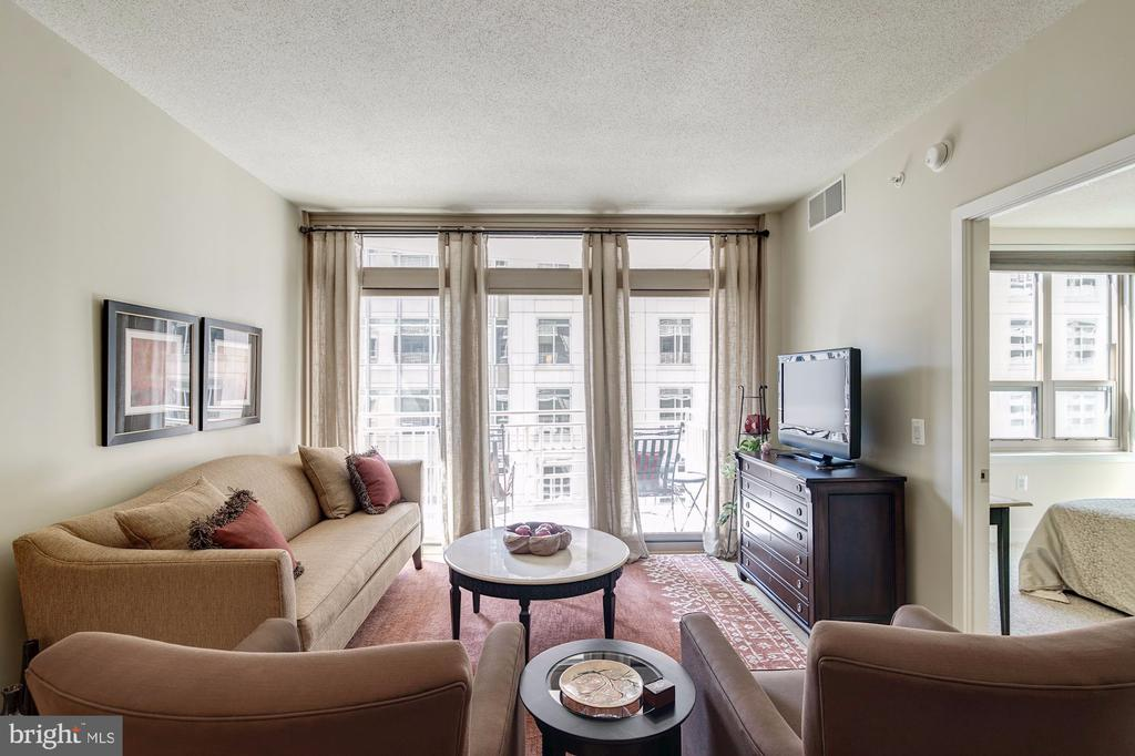 Living room w/ glass wall of doors to the balcony - 888 N QUINCY ST #909, ARLINGTON