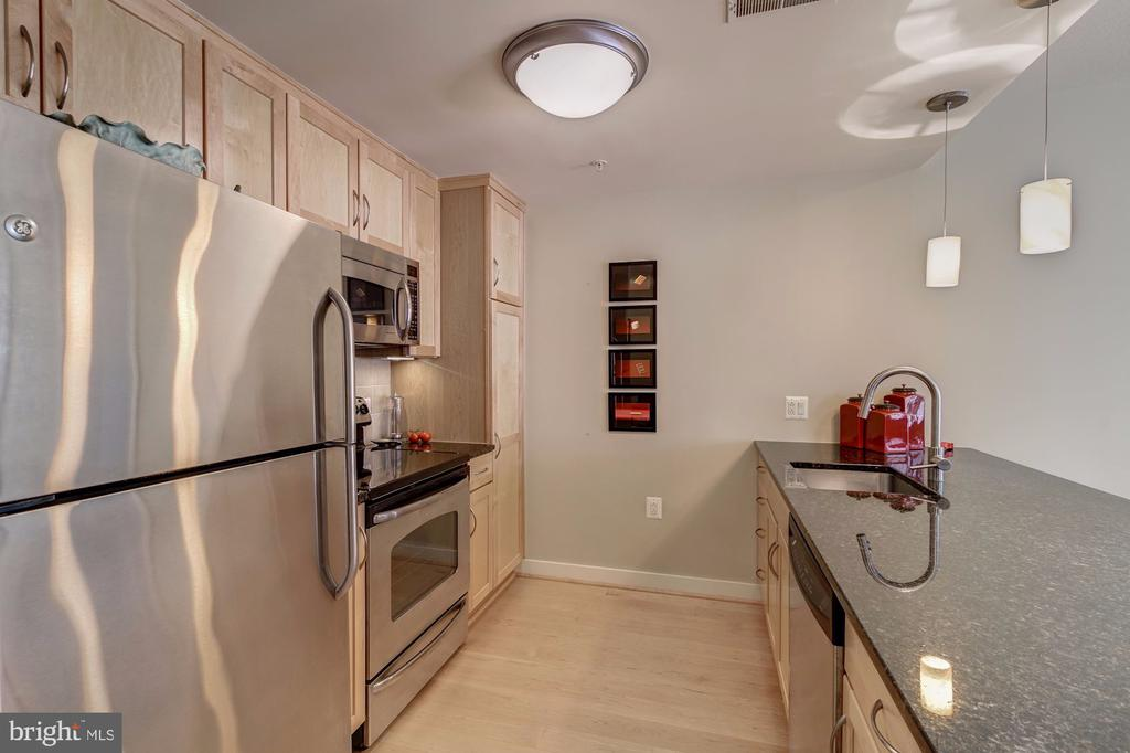 Kitchen with stainless steel appliances - 888 N QUINCY ST #909, ARLINGTON