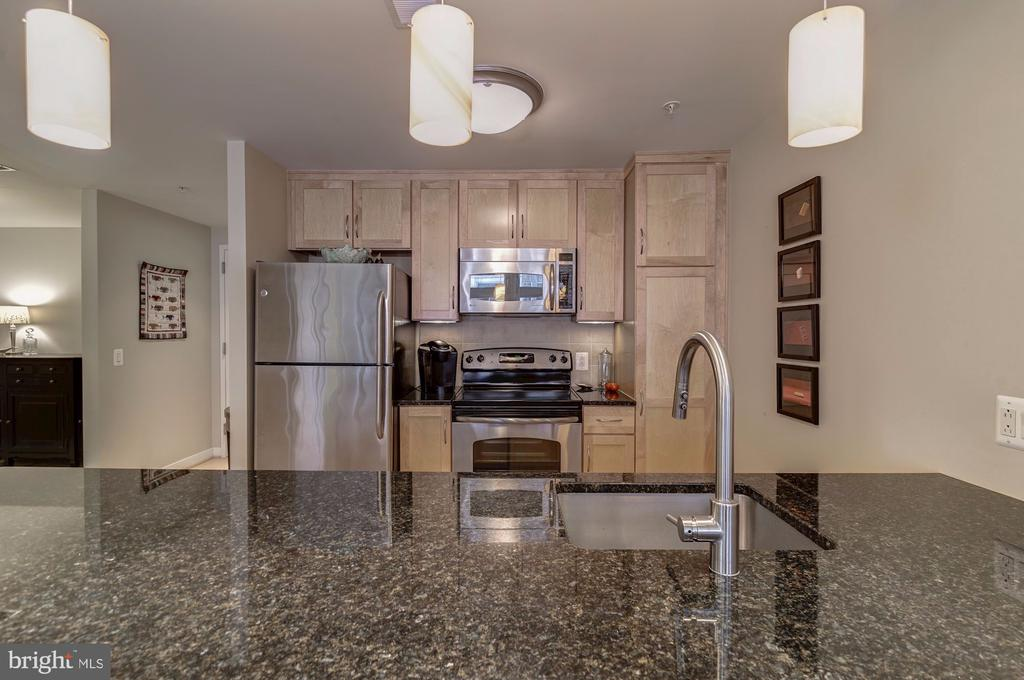 Granite counters and pendant lighting in the kitch - 888 N QUINCY ST #909, ARLINGTON