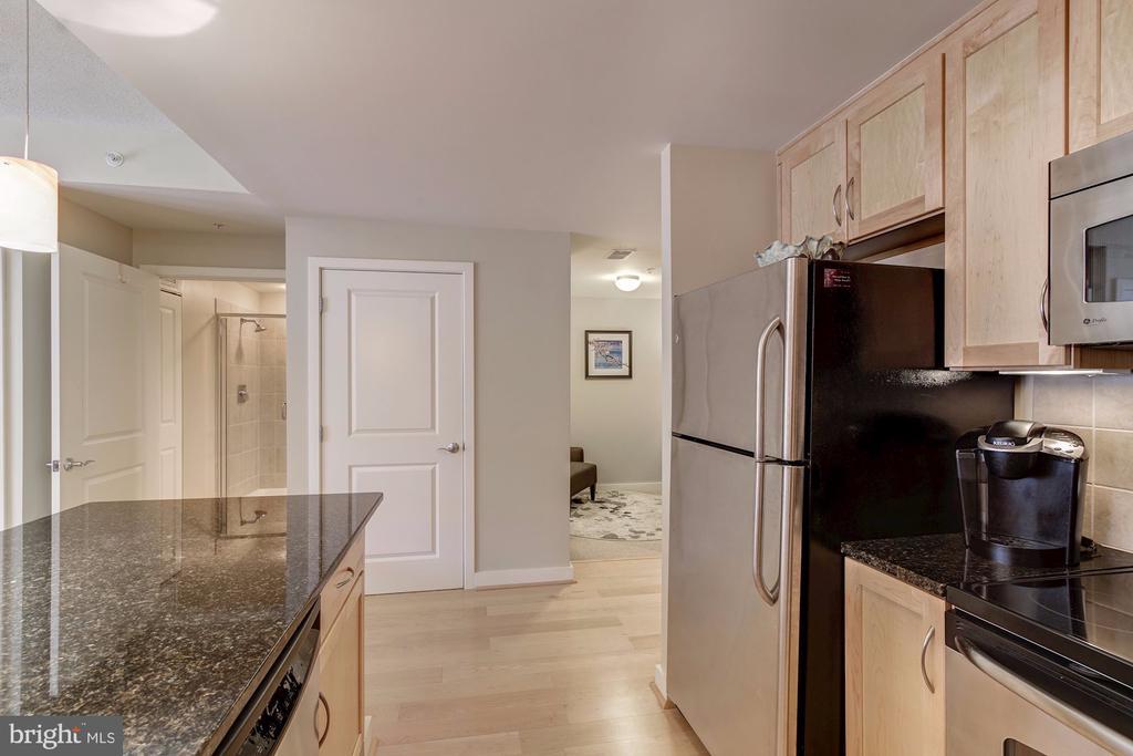 Kitchen looking toward the den - 888 N QUINCY ST #909, ARLINGTON