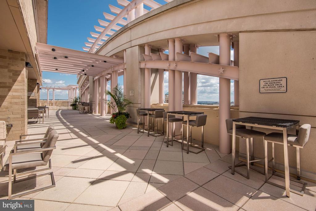 Rooftop with dining tables - 888 N QUINCY ST #909, ARLINGTON