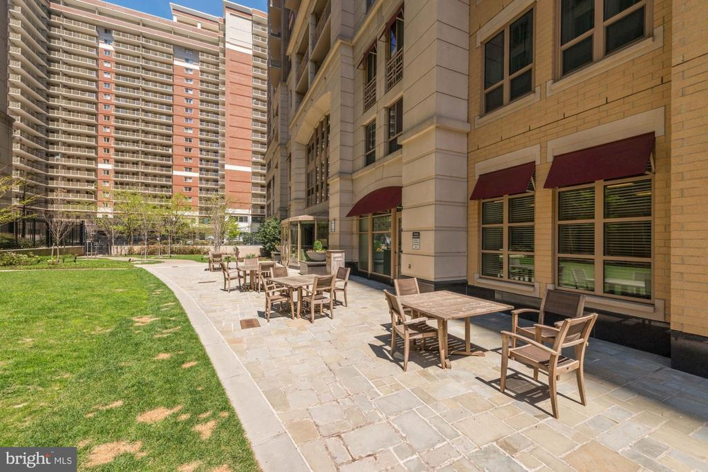 Rear courtyard - 888 N QUINCY ST #909, ARLINGTON