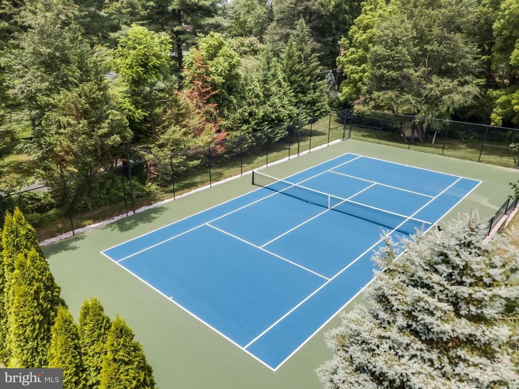 Newly surfaced tennis court - 9822 BEACH MILL RD, GREAT FALLS