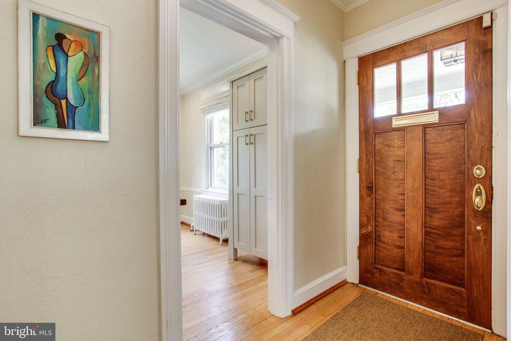 Warm and welcoming entry foyer - 2229 QUINCY ST NE, WASHINGTON