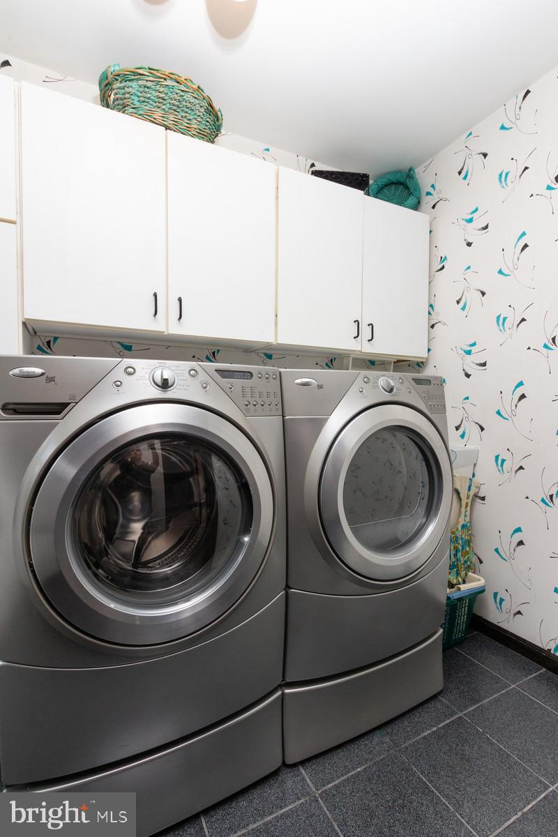 1st Fl Laundry Rm/Mud Rm w/ Lots of Extra Storage
