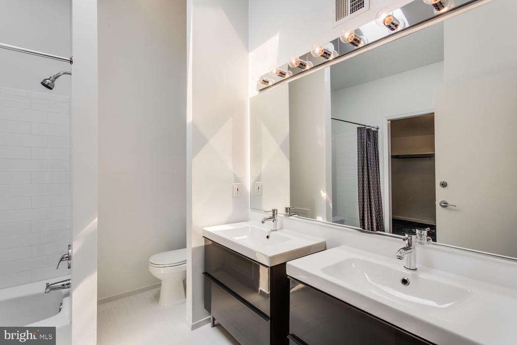 2nd Owner's Suite Bath - 8518 OLD DOMINION DR, MCLEAN
