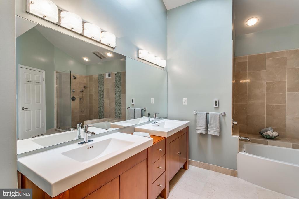 Owner's Suite Bath - 8518 OLD DOMINION DR, MCLEAN