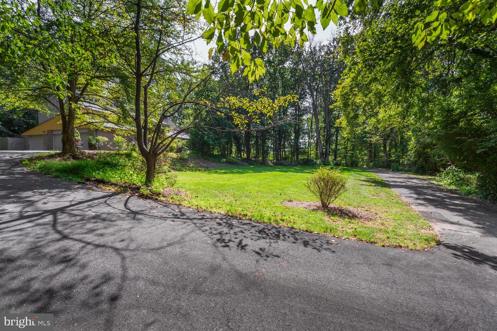 Driveway - 8518 OLD DOMINION DR, MCLEAN