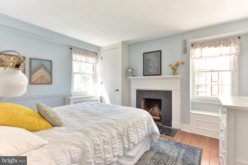Second bedroom with fireplace - 214 WOLFE ST, ALEXANDRIA