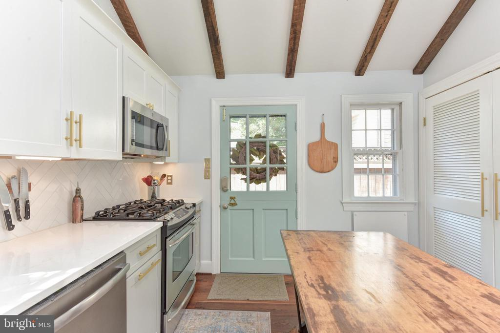 Dutch door with access to beautiful patio - 214 WOLFE ST, ALEXANDRIA