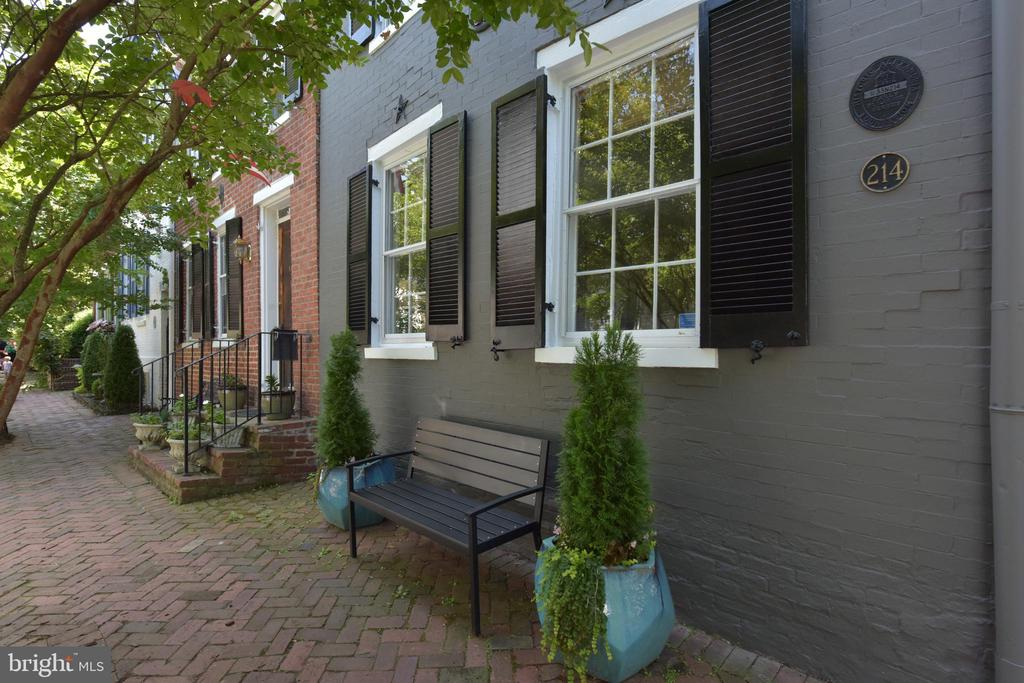 A special find in Old Town Alexandria! - 214 WOLFE ST, ALEXANDRIA