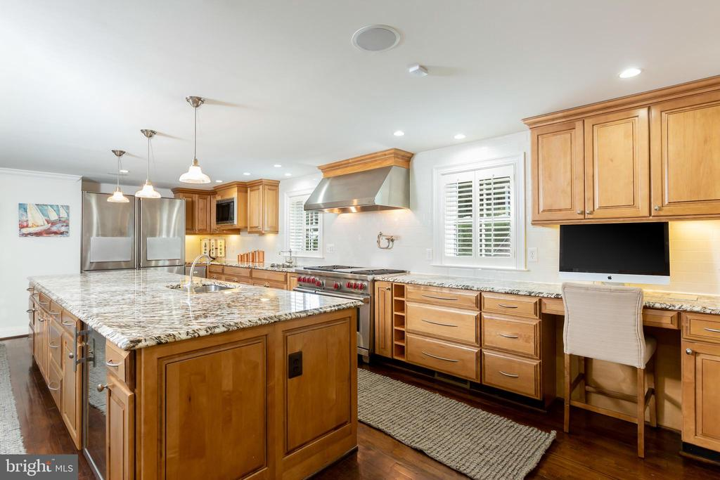 A Kitchen Perfect for Entertaining - 6014 GROVE DR, ALEXANDRIA