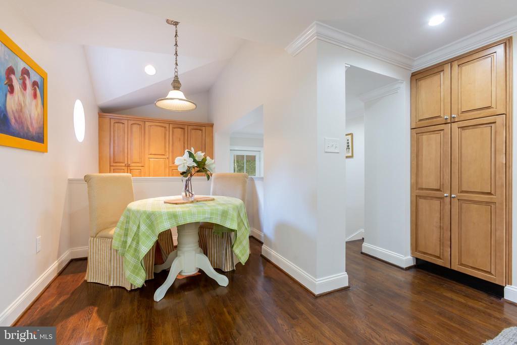 Cozy Eat-in Kitchen - 6014 GROVE DR, ALEXANDRIA