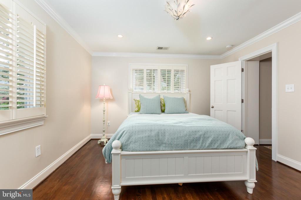 Bedroom Suite - 6014 GROVE DR, ALEXANDRIA