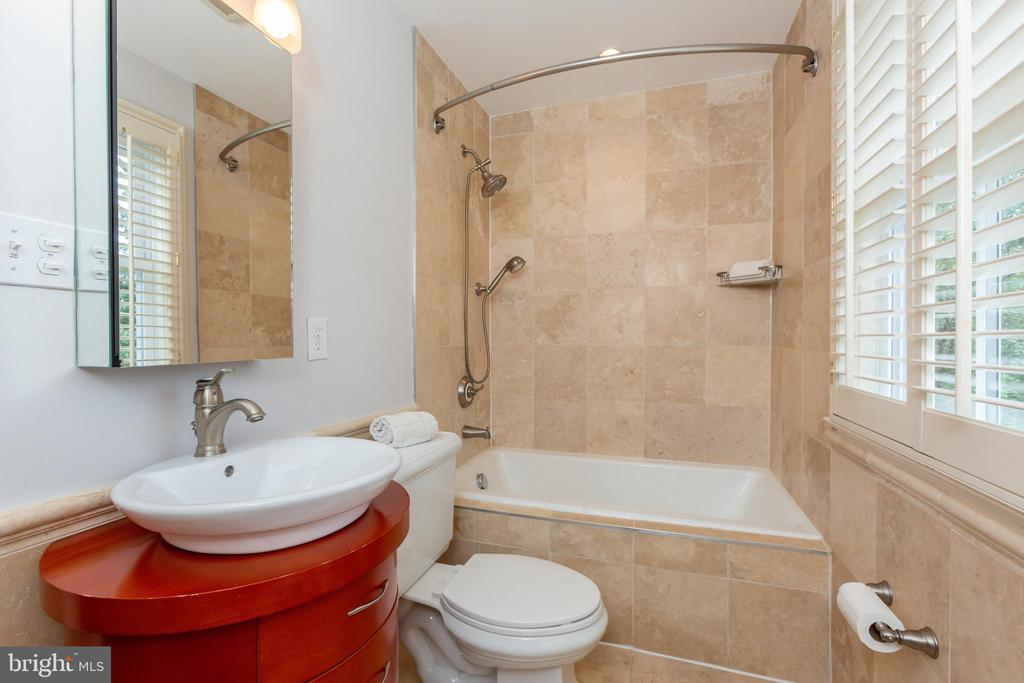 Connected Bathroom - 6014 GROVE DR, ALEXANDRIA
