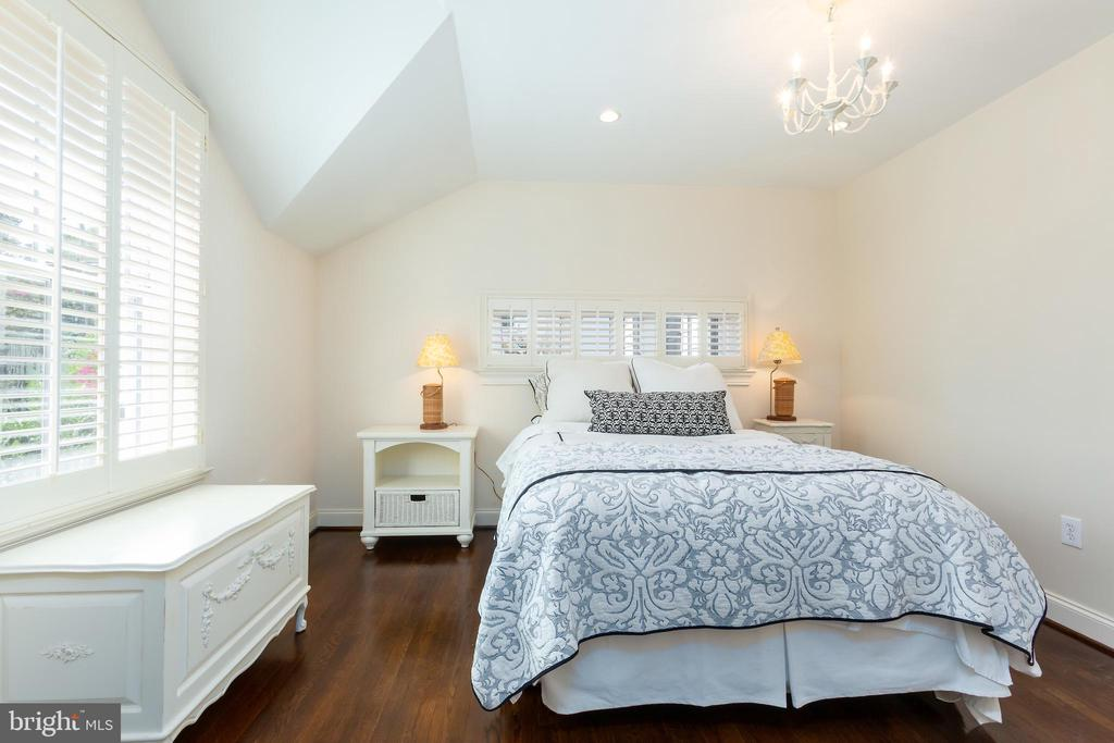 Jack and Jill Bedroom- Master Suite Option - 6014 GROVE DR, ALEXANDRIA