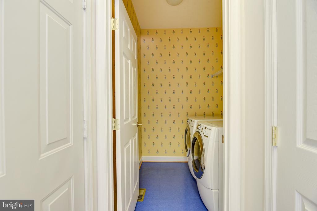 Front loading Washer & Dryer in main-floor laundry - 7428 SPRING SUMMIT RD, SPRINGFIELD