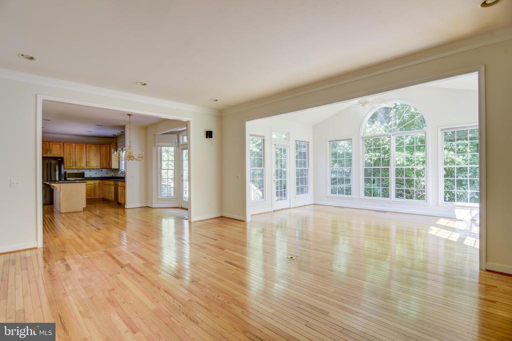 Sunroom off of the family room ... so much space! - 7428 SPRING SUMMIT RD, SPRINGFIELD