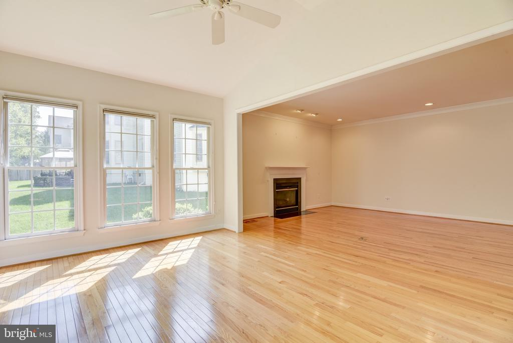 Sunoom + Family room = lots of great space! - 7428 SPRING SUMMIT RD, SPRINGFIELD