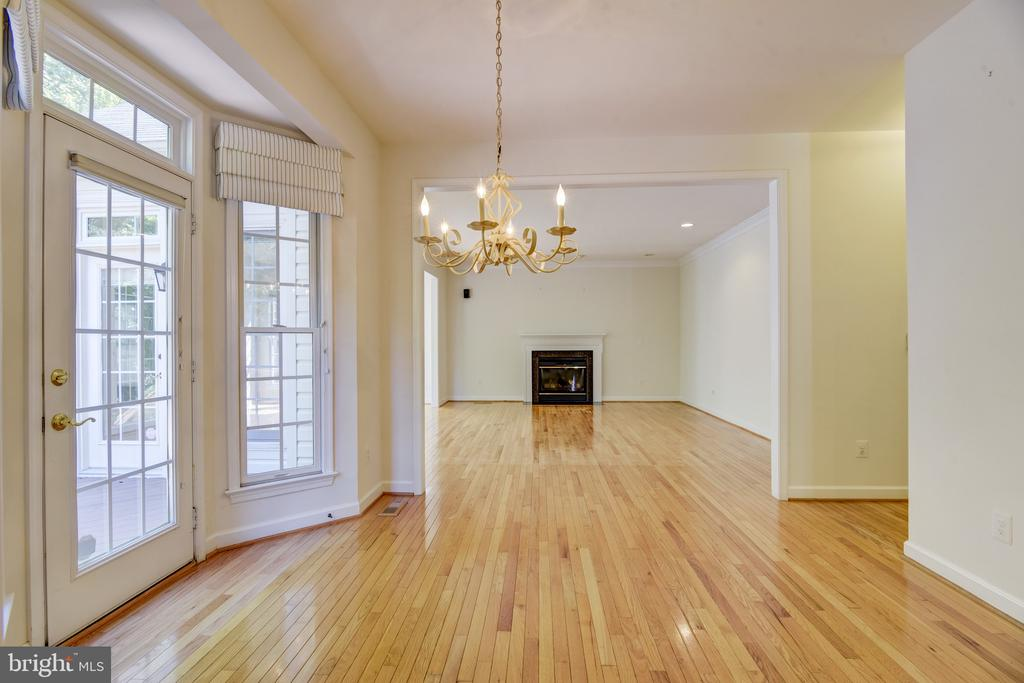 Open floor plan - sparkling clean & move-in ready - 7428 SPRING SUMMIT RD, SPRINGFIELD