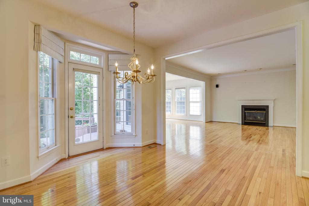 Plenty of room in this eat-in kitchen space - 7428 SPRING SUMMIT RD, SPRINGFIELD