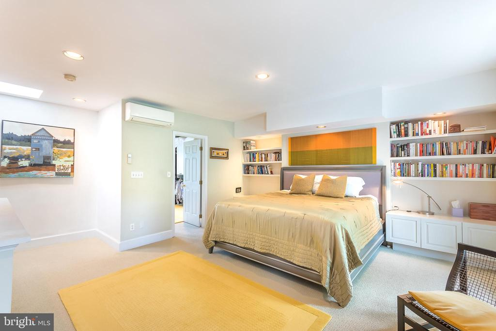 Large Master Bedroom with walk-in closet - 1313 CORCORAN ST NW, WASHINGTON