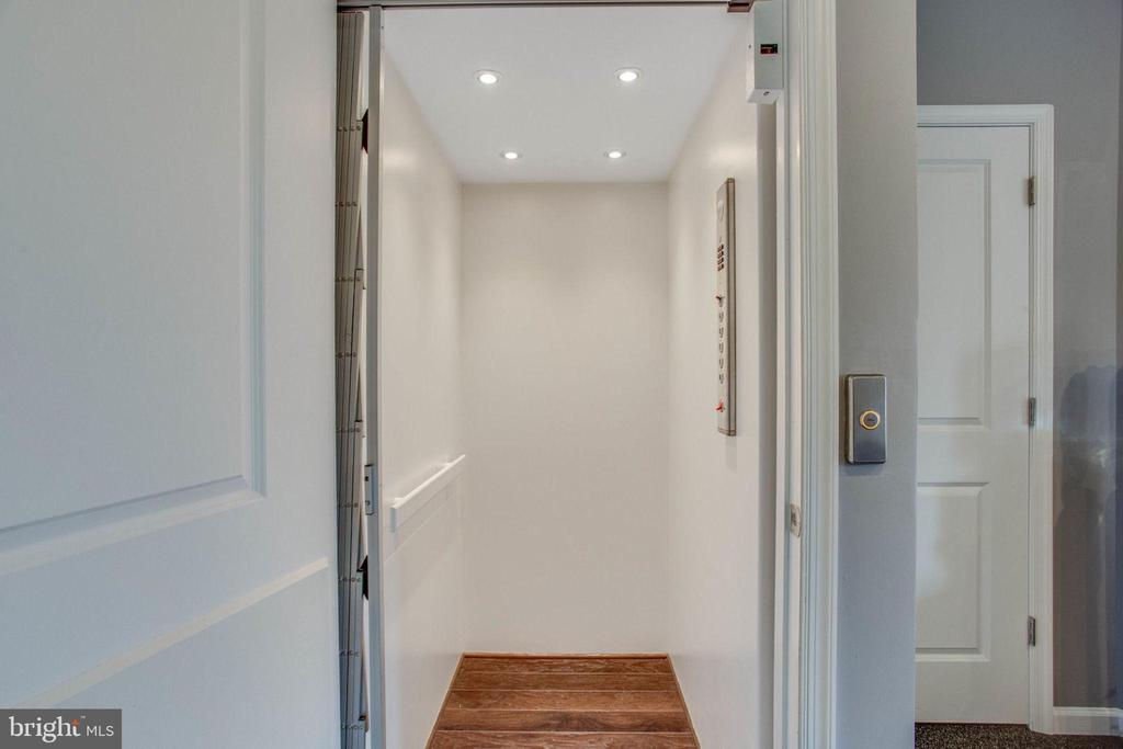 4 Level Elevator Entrance - 23384 NANTUCKET FOG TER, BRAMBLETON