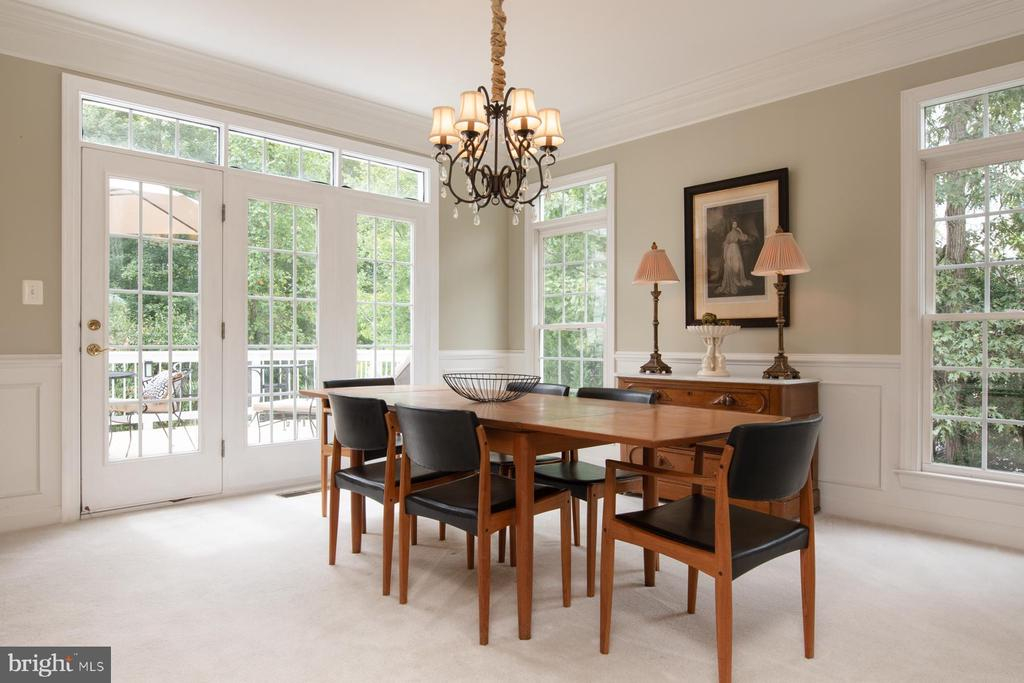 Spacious dining room opens to deck - 9185 MAROVELLI FOREST DR, LORTON