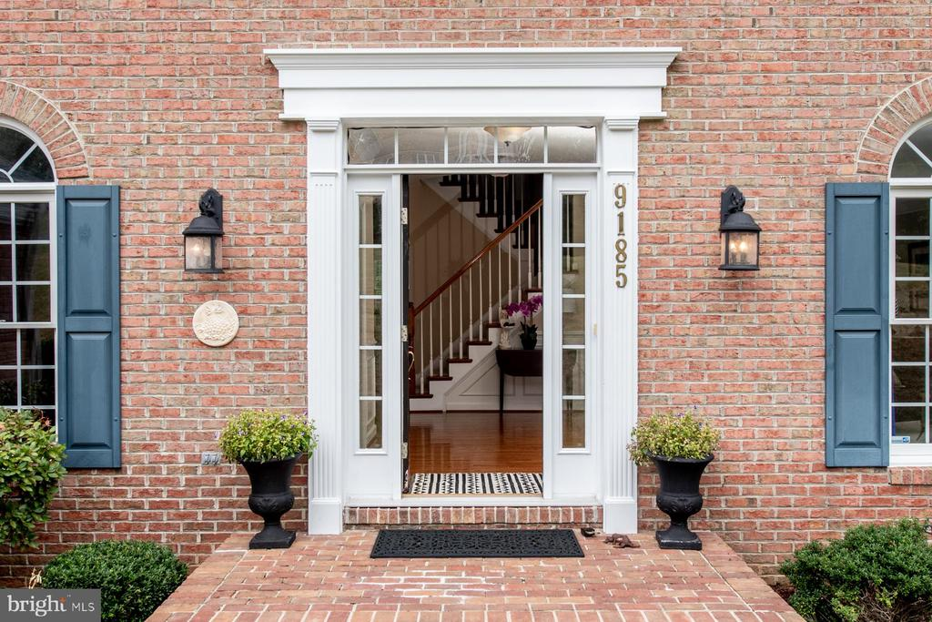 Inviting front entryway - 9185 MAROVELLI FOREST DR, LORTON