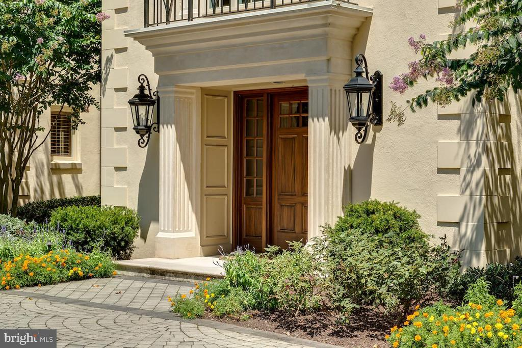Enchanting Entryway - 6470 KEDLESTON CT, MCLEAN